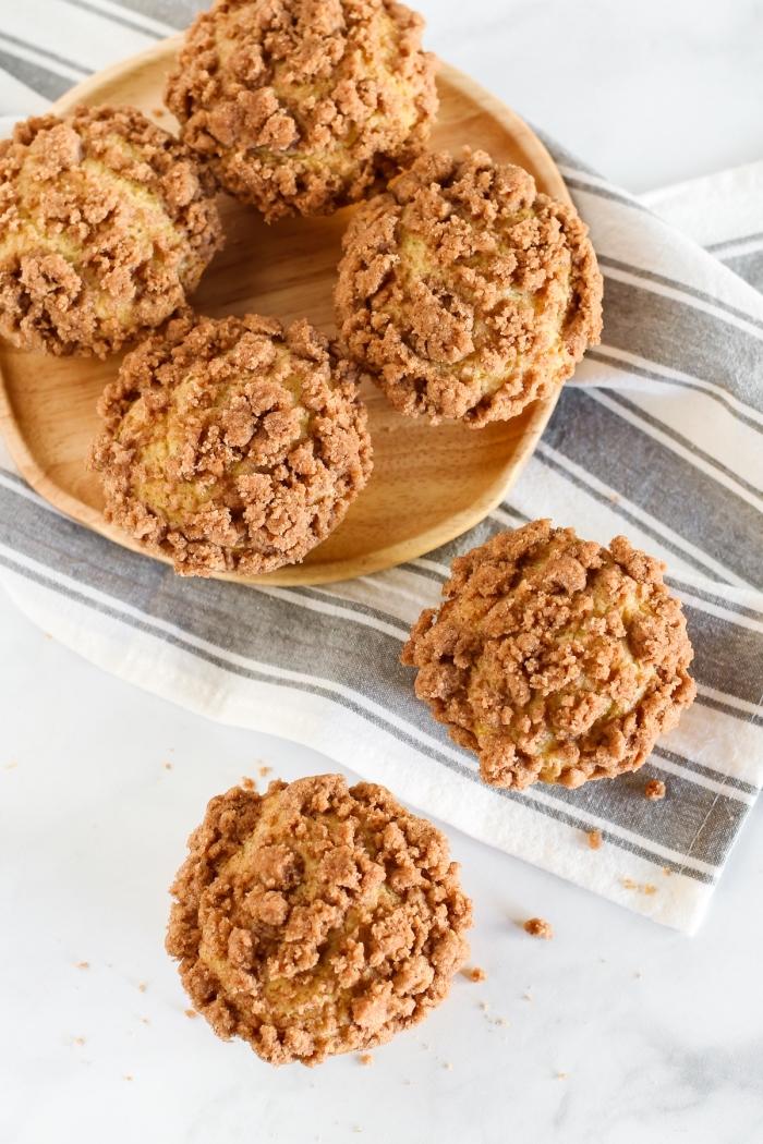 mini cupcakes rezept mit zimt, gesunde zimtmuffins garniert mit zerbröselten keksen