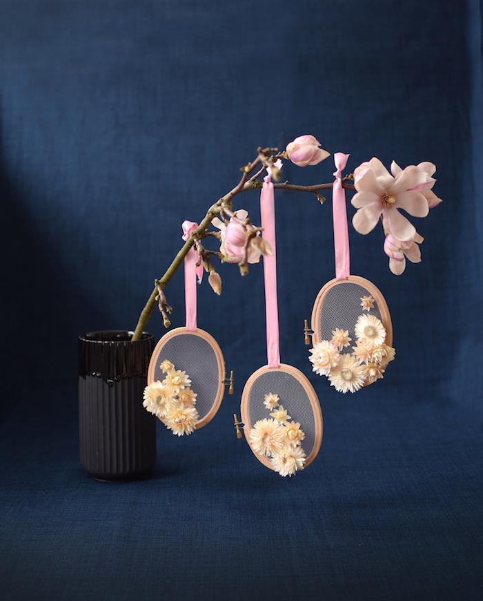 Idee für DIY Tischdeko zu Ostern, Zweige mit Deko Ostereiern schmücken, in Vase stecken