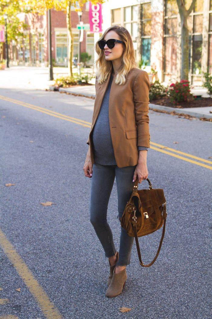 Festliche Umstandsmode, graues Top und Jeans, brauner Blazer, mittellange blonde Haare