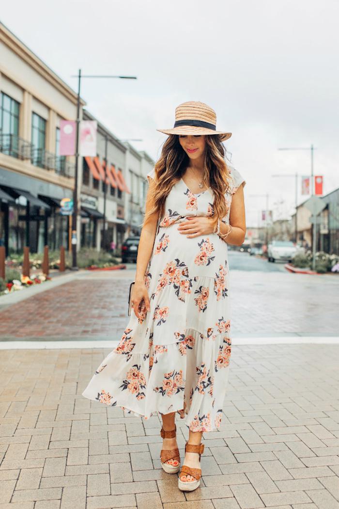 Weißes Sommerkleid mit Blumenmuster für Schwangere und Sommerhut, elegante Umstandsmode