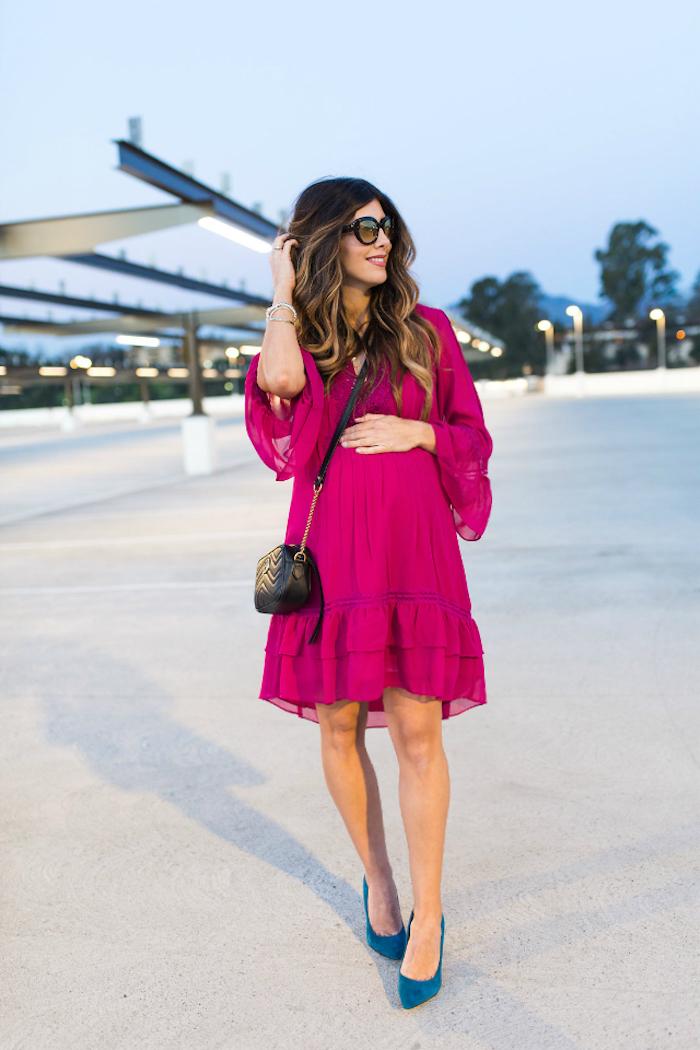 Knielanges Umstandskleid in Violett und blaue Pumps, Sommerkleid mit langen Ärmeln