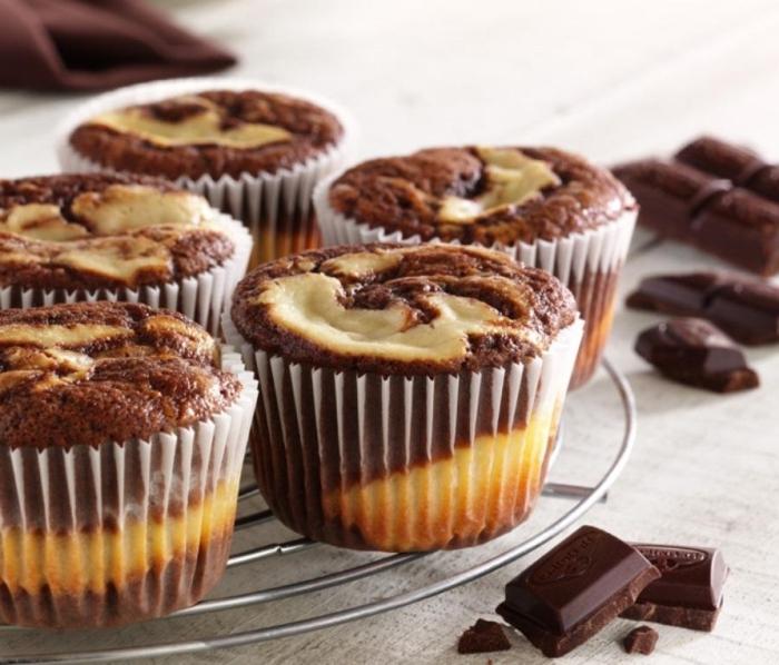 marmor cupcakes mit weißer und milchschokoalde, muffin rezept schoko, schnelle geburtstagsmuffins