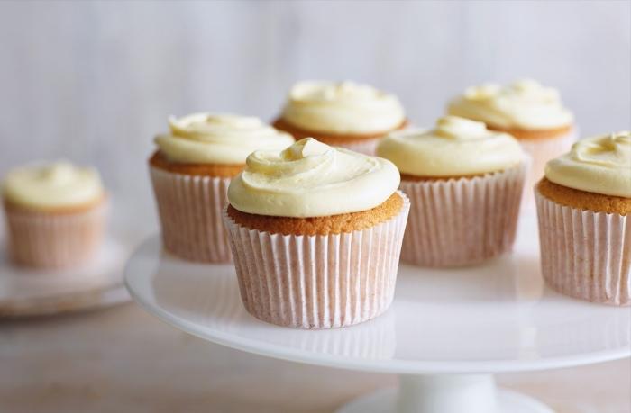 muffins für kinder, eifnaches rezeot mit vanille, cupcakes garniert mit vanillencreme
