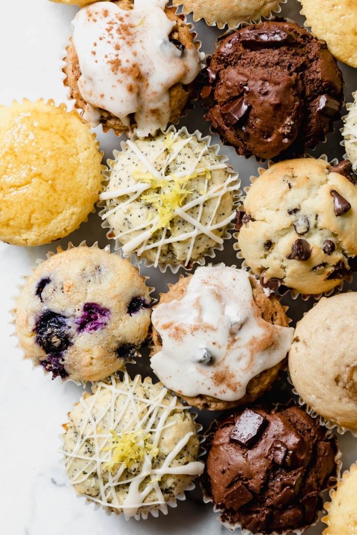 einfache muffins für kinder, schnelle parytrezepte, rezept mit schokolade, cupcakes mit blaubeeren
