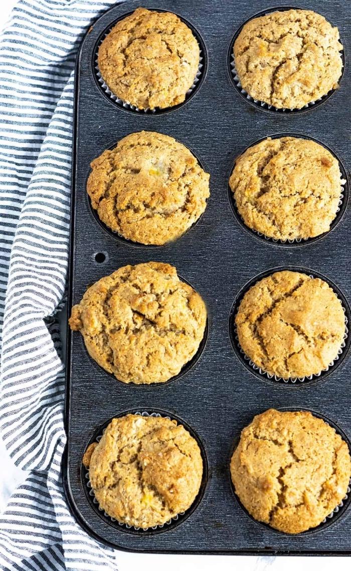 muffins grundrezept mit banenan, einfache und schnelle rezepte, grauer muffinsform, gestreifter küchentuch