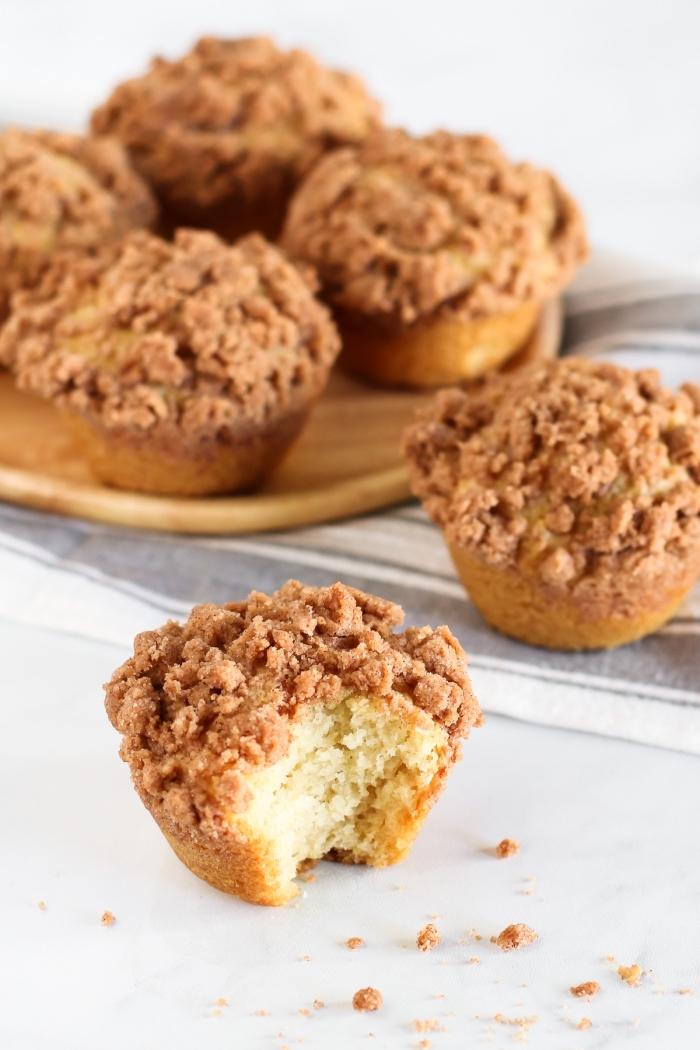 muffins kindergeburtstag, einfache cupcakes mit vanille garniert mit zebröselten keksen