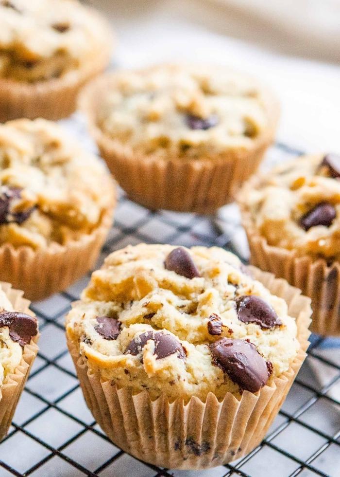 muffins kindergeburtstag, einfache cupcakes mit stückchen schokolade, geburtstagsideen