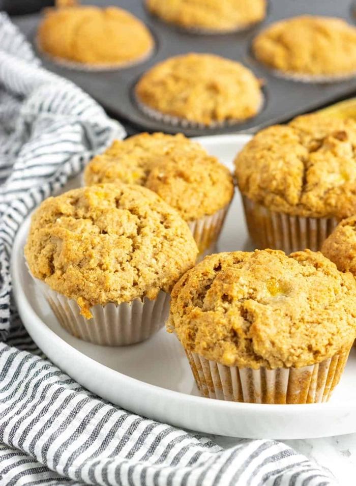 muffins kindergeburtstag, gesundes rezept mit bananen, weißer teller, gestreifter küchentuch