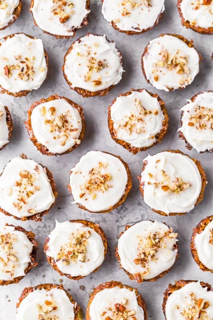 muffins kindergeburtstag, mini cupcakes mit kürbis und pekannüssen garniert mit vanillencreme