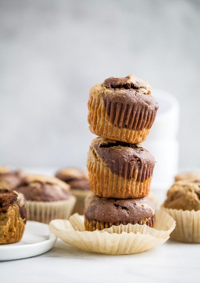 muffins rezept einfach und schnell, marmor cupcakes mit vanille und schokolade, zweifarbige cupcakes
