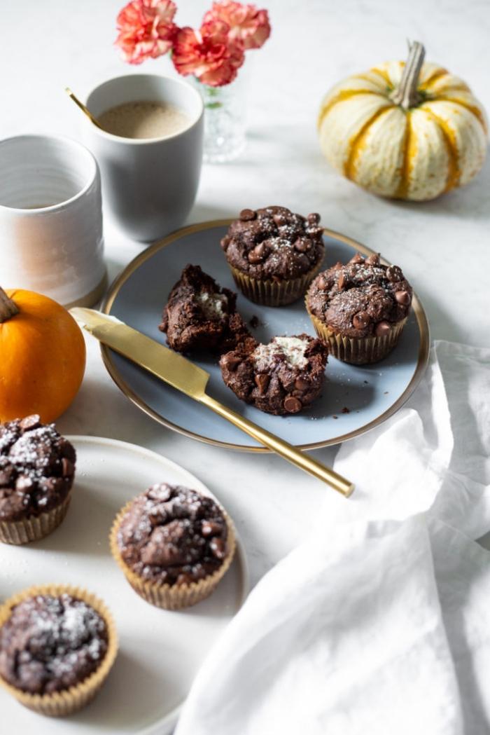 muffins rezept einfach und schnell, mini gebäcke mit kakao und stückchen schokolade garniert mit puderzucker