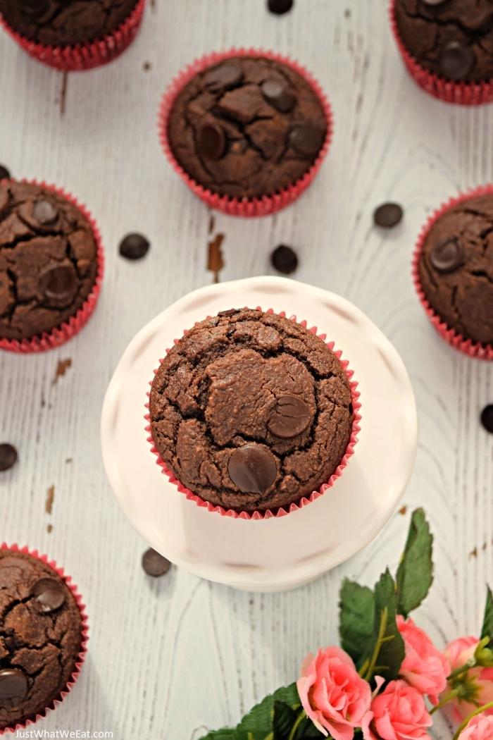 muffins rezept einfach und schnell, schokomuffins mit schokostückchen, schokoladenchips
