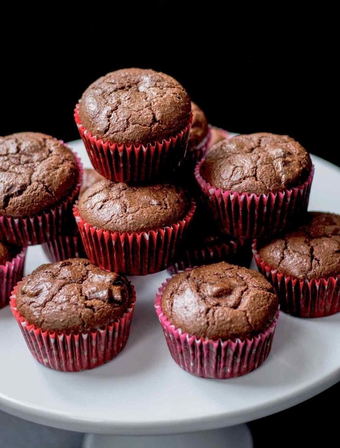 muffins rezept einfahc und schnell, mini cupcakes mit schokolade, rote muffinsförmchen, valentinstag ideen