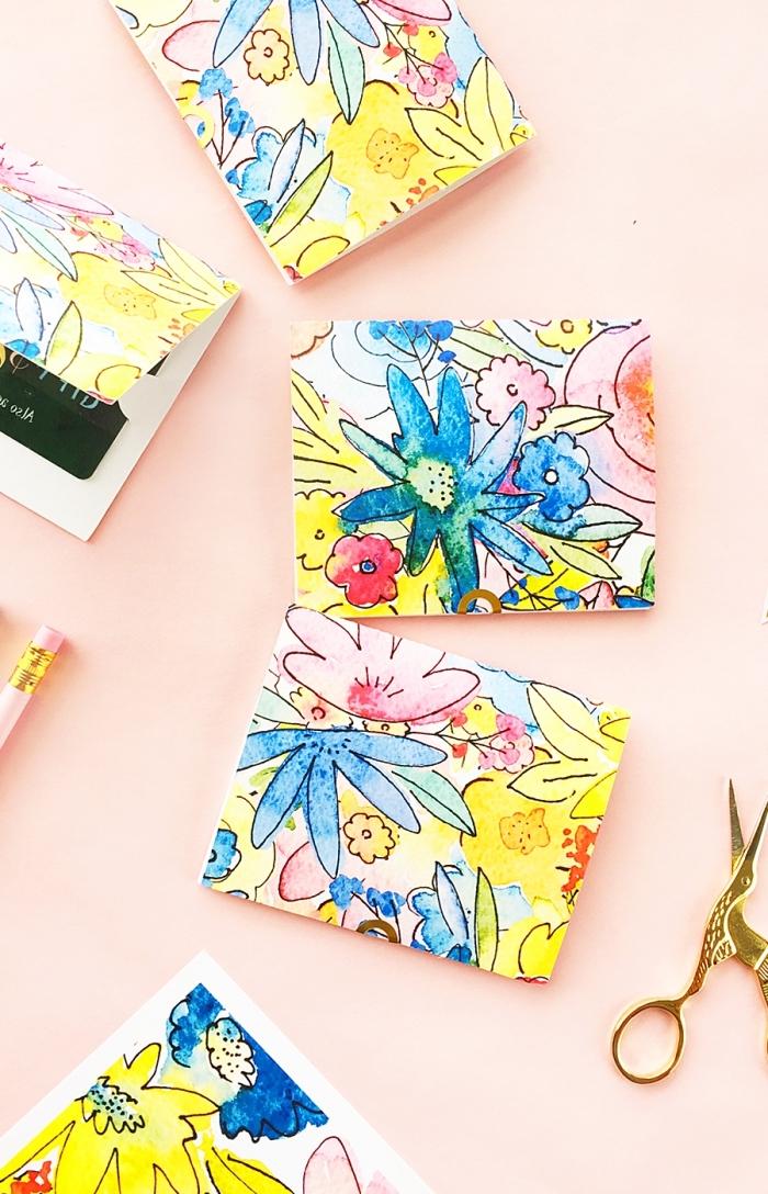 muttertag geschenkideen, kartenbeutel selber machen, beutel aus buntem papier mit floralen motiven