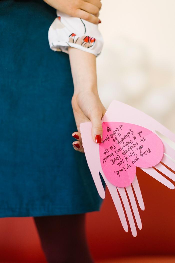 diy geschenk für mutti, muttertag geschenkideen, karte aus rosa papier, herz in händen