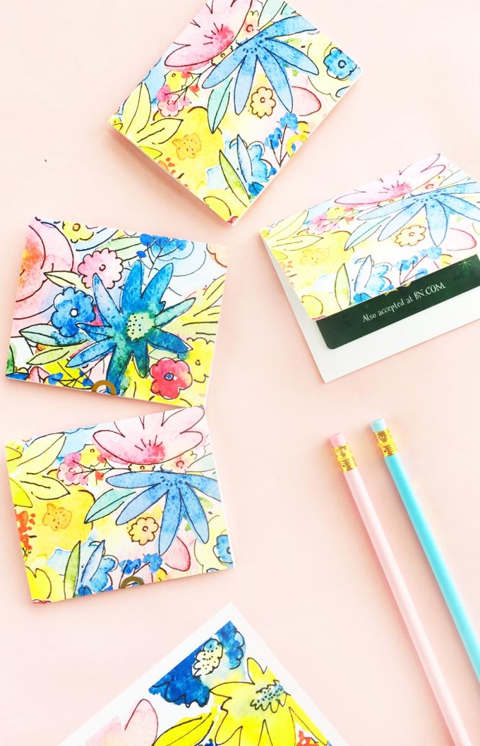 muttertag geschenkideen, kartenbeutel aus buntem papier, rosa und blauer bleistift, geschenke für frauen