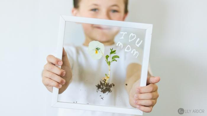 muttertag geschenkideen, basteln mit kindern, florale bilder machen, weiße blüte, kleiner junge