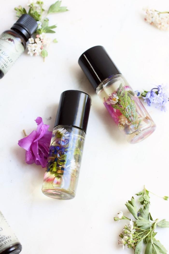 selsbtgemachte parfüme mit getrockneten blüten, muttertag geschenkideen, diy geschenk für frau