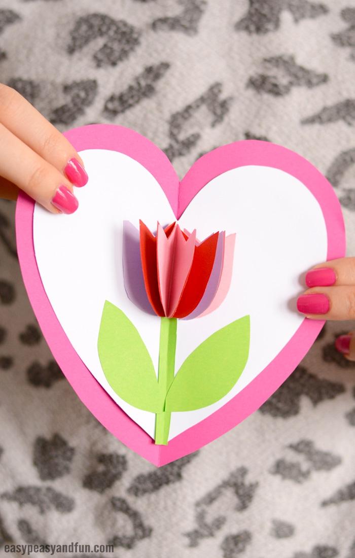 muttertagsgeschenk bateln ideen, selsbtgemachte geschenkkarte in der form von herzen, 3d tulpe