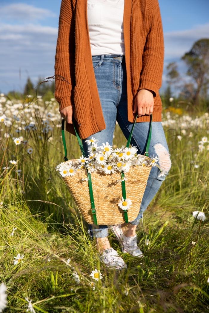 muttertagsgeschenk basteln, serbstgemachter rucksack aus geflochtener tasche und grünen bändern