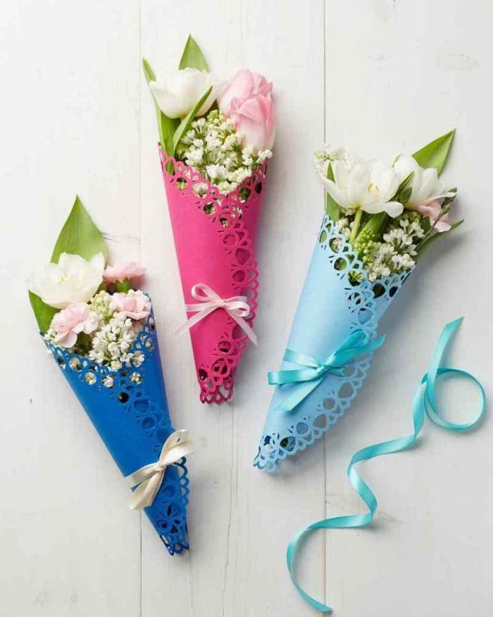 muttertagsgeschenke ideen, blumenstrauß selber machen, buntem papier, dünne schleifen, frische frühlingsblumen