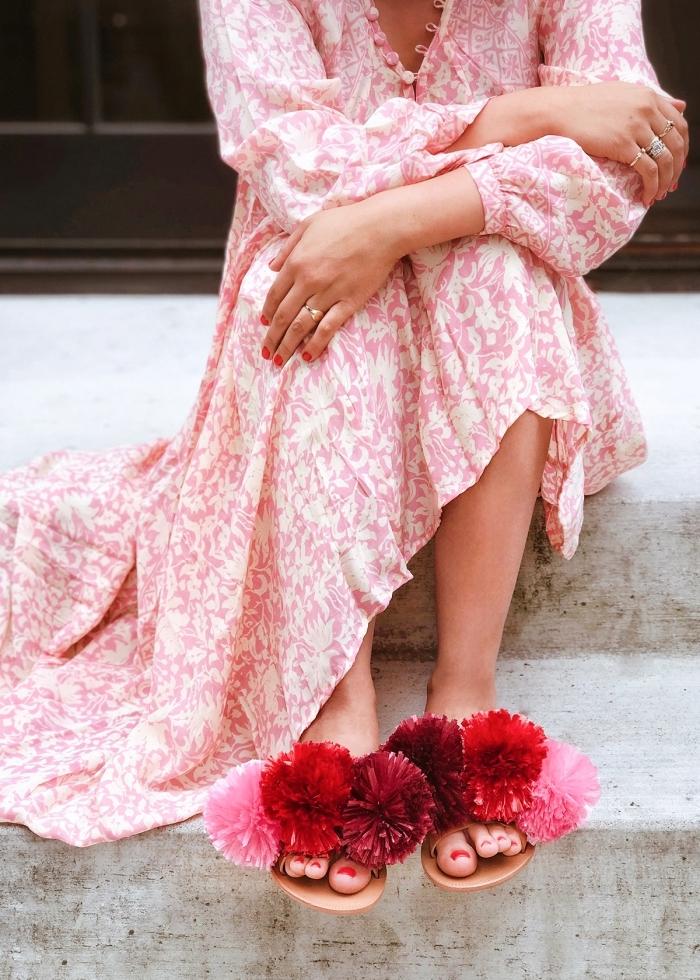 sommerkleid in rosa und weiß, muttertagsgeschenke ideen, latschen dekoriert mit roten pomons