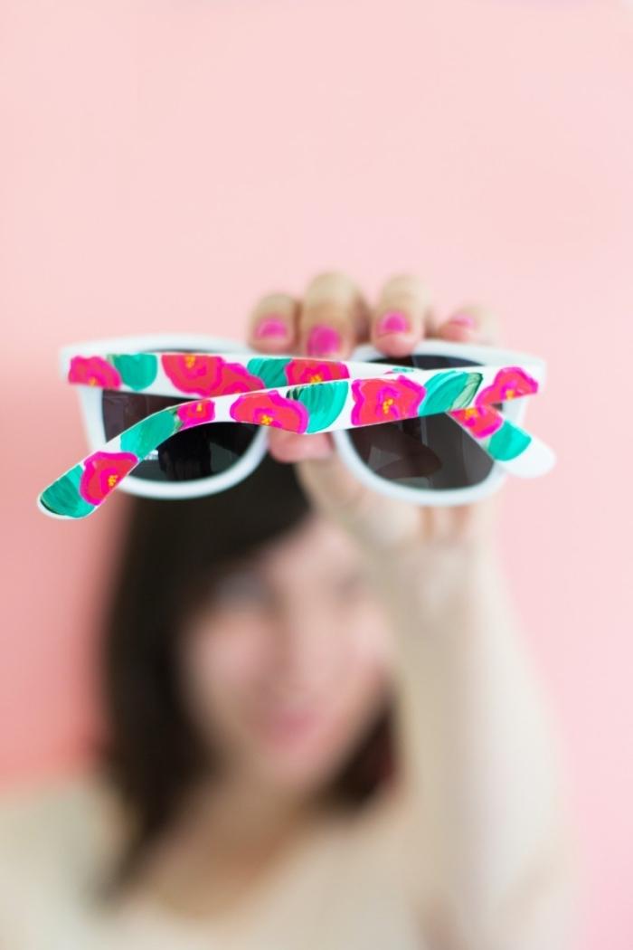 sonnenbrille mit weißem rahmen dekoriert mit rosa blumen, muttertagsgeschenke ideen, geschenk für mutti