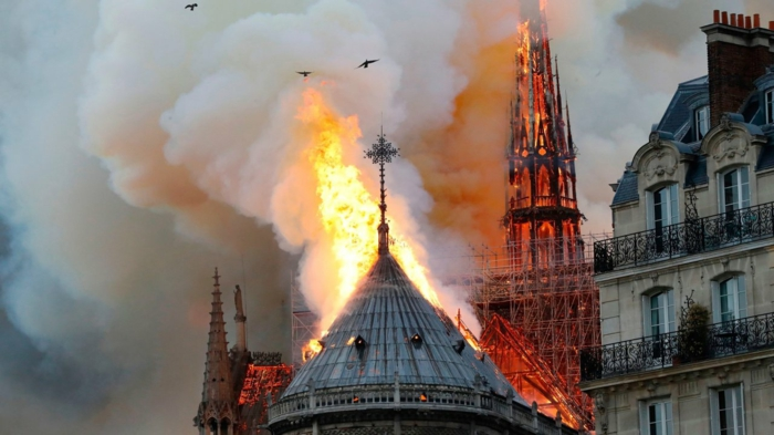 die Kathedrale Notre-Dame hat 850 Jahre bestanden und jetzt in einigen Minuten vernichtet werden