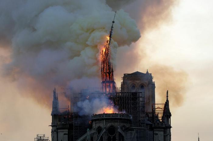 der Turm von Notre-Dame de Paris ist in Flammen, die Luft ist voller Rauch von dem Brand
