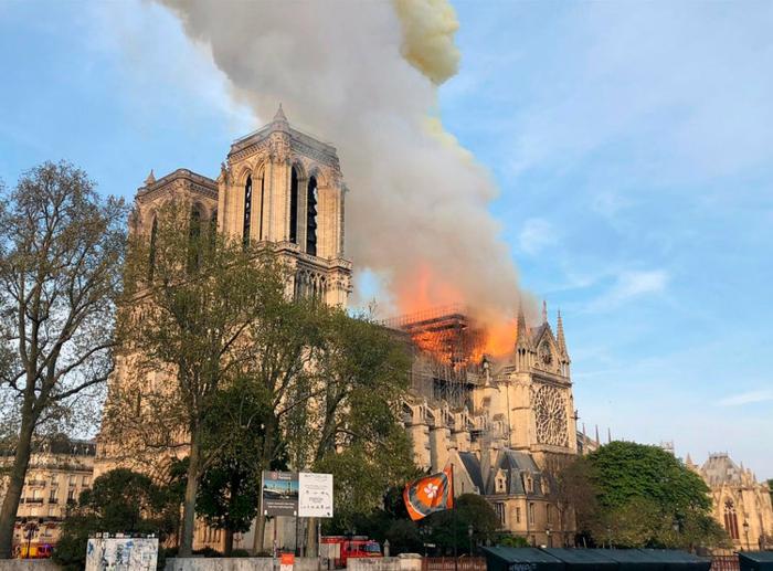 der Begin des Feuers, wenn es noch hell war, Sonnenuntergang im Flammen, Notre-Dame