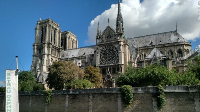 Touristen aus der ganzen Welt veröffentlichen Fotos von Notre-Dame vor der Trägodie