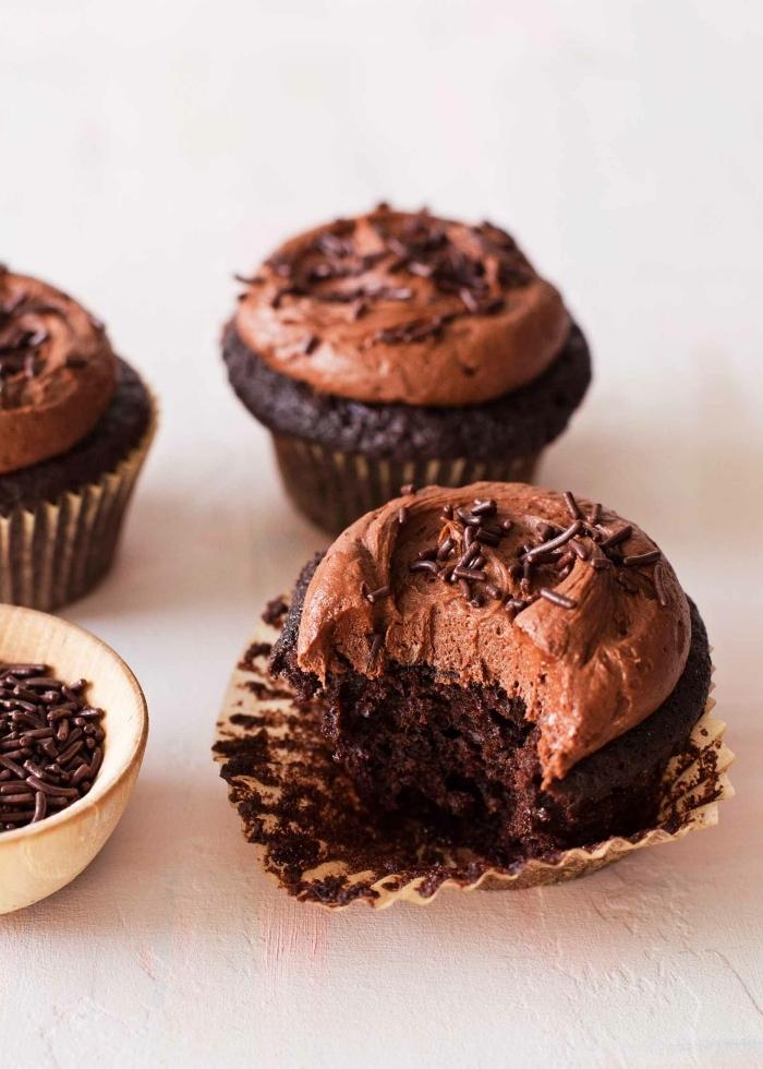 cupcakes mit schokolade garniert mit schokoaldensahne und schokoladenperlen, nutella muffins rezept