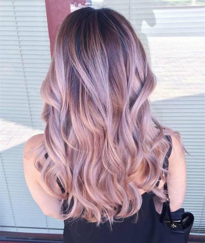 haarstyle ideen zum nachmachen, blondes haar, locken in den haare, strähne ideen