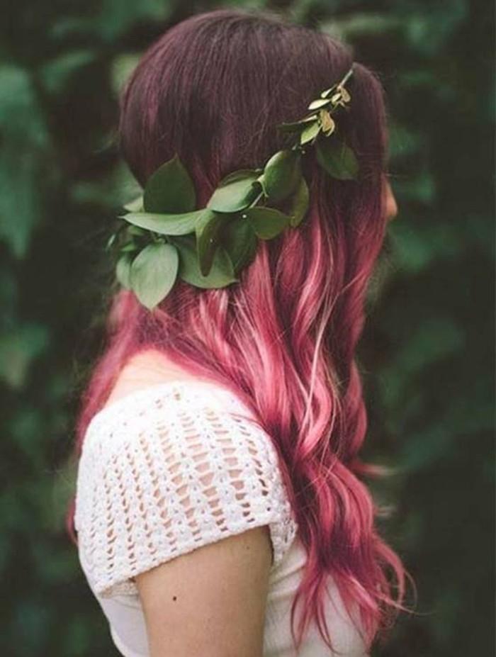 rosarote haarfarbe färben, ombre balayage mit locken in den haaren, blumenkranz in den haaren, weiße bluse