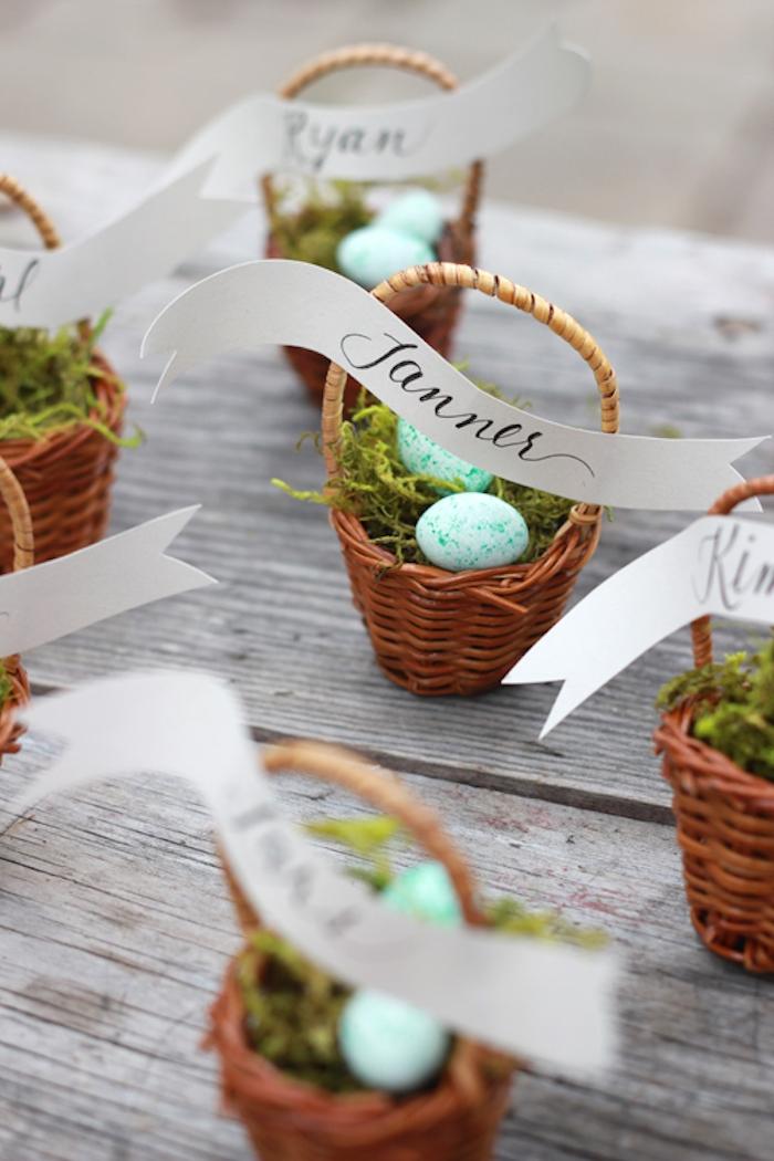 Kleine Osterkörbchen selber machen, Moos und Mini Ostereier darin, Zettel mit Namen