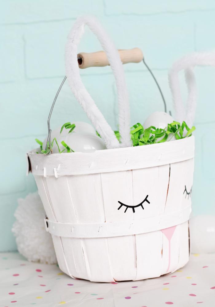 Bastelideen zu Ostern für Kinder, Osterhasen Korb selber machen, mit grünen Papierstreifen und Ostereiern füllen