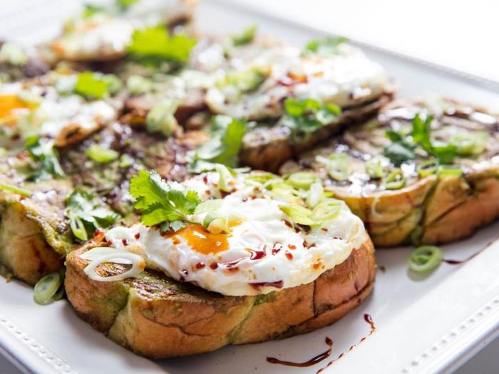 osterbrunch rezepte, brotscheiben mit eiern und fürhlingszwiebel, gesundes frühstück zum abnehmen