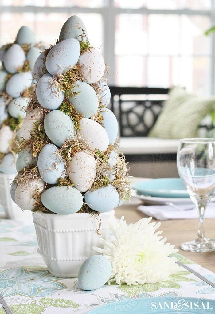 Tischdeko zu Ostern selber machen, kleiner DIY Osterbaum, Ostereier und Moos an Kegel aus Styropor kleben