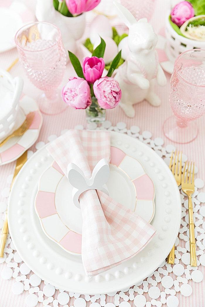 Tischdeko für Ostern in Rosa und Weiß, Serviettenhalter in Form von Osterha, Tulpen und Pfingstrosen