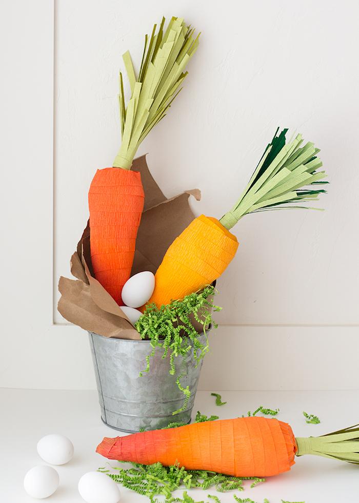 Tolle Deko zu Ostern selber machen, Karotten aus Krepppapier in Eimer, originelle Verpackung für kleine Ostergeschenke