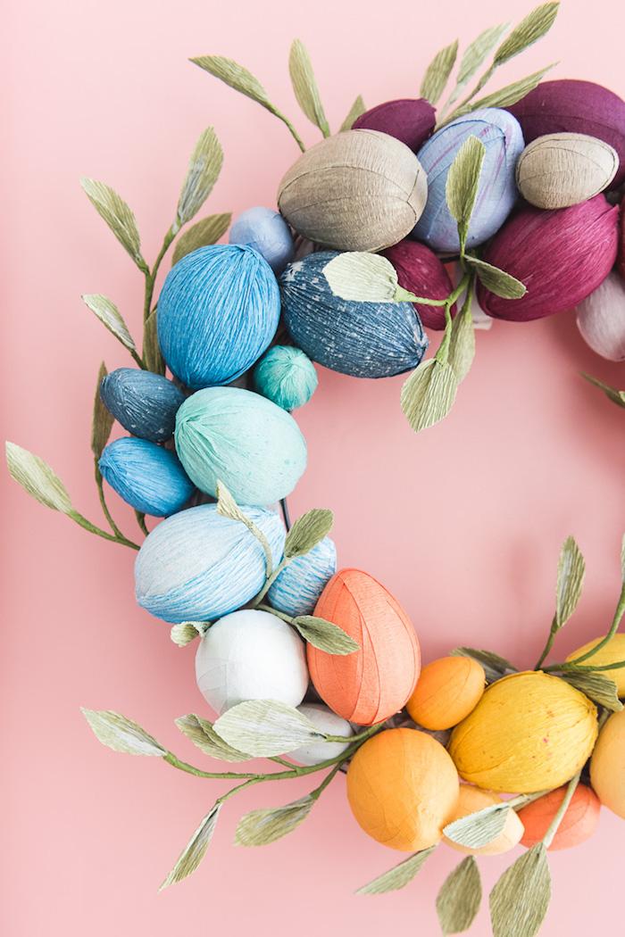 Bunten Osterkranz selber machen, mit Eiern aus Holz umwickelt mit Krepppapier