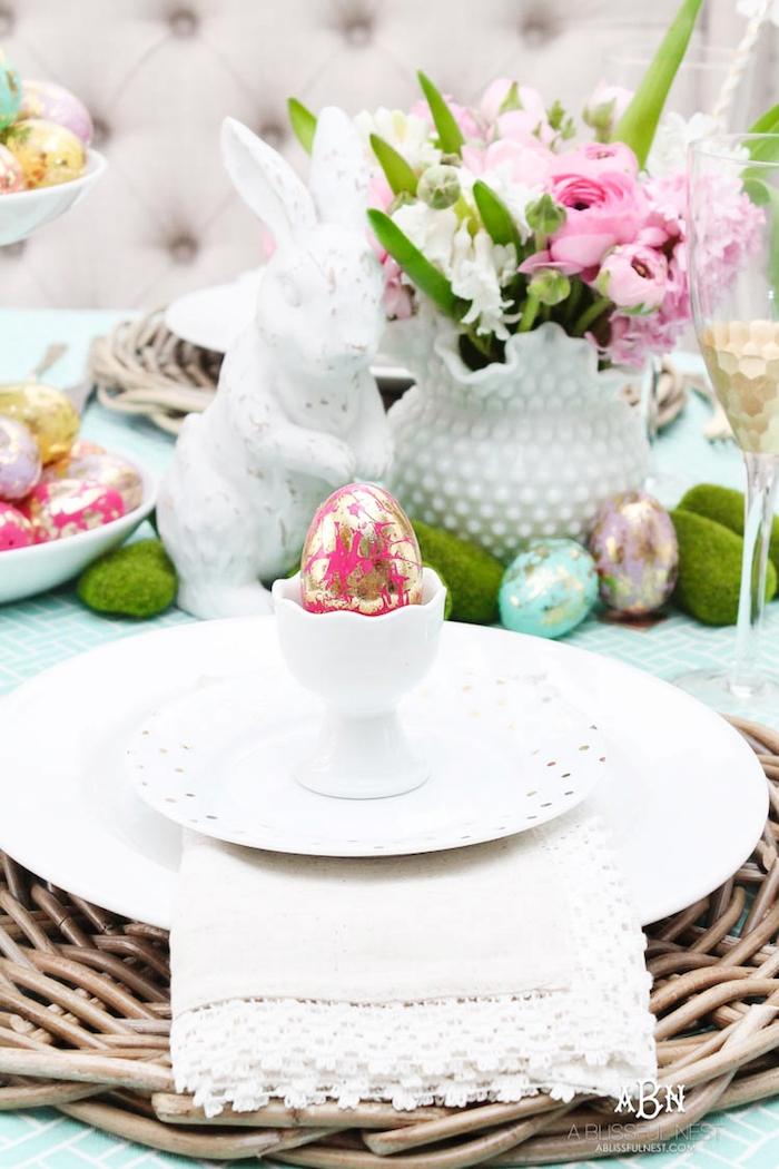 Kreative Techniken zum Ostereier färben und verzieren mit Glitzer, bunte Frühlingsblumen in weißer Vase und weißer Osterhase aus Porzellan