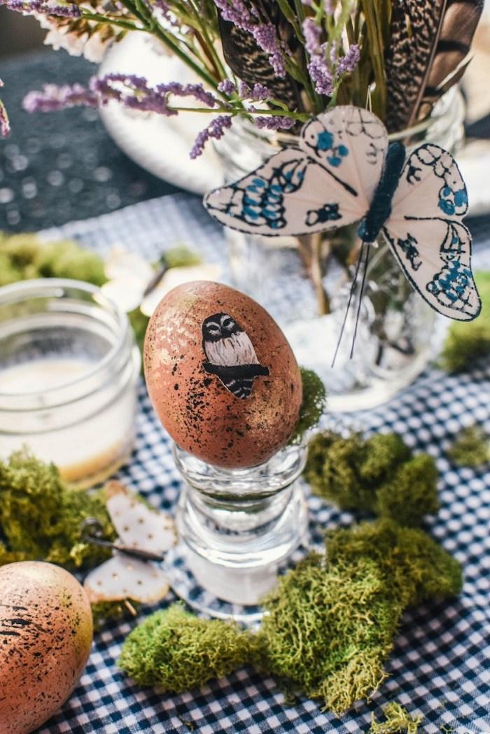 Tischdeko zu Ostern, weiße Schmetterlinge aus Papier, Osterei mit Uhu Aufkleber, Lavendel in Einmachglas