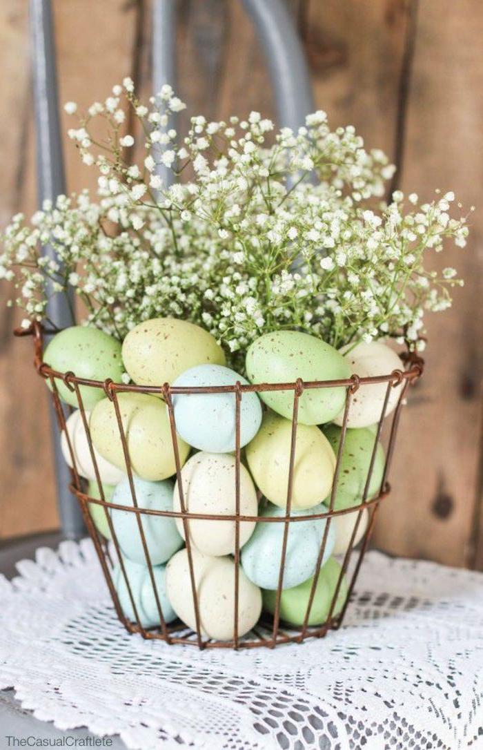 Tischdeko zu Ostern selber machen, Korb mit bunten Ostereiern und Blumen füllen