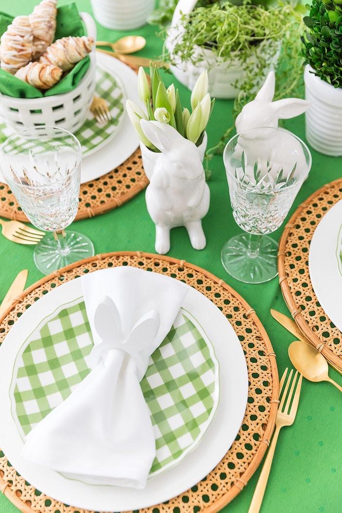 Tischdeko zu Ostern, Serviettenhalter in Form von Osterhase, Tischdeko in Grün und Weiß