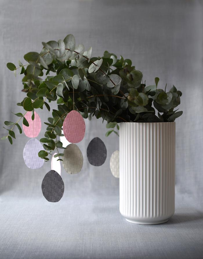 Zweige mit Deko Ostereiern aus Leder schmücken, Tischdeko für Ostern, Alternative zum klassischen Osterbaum