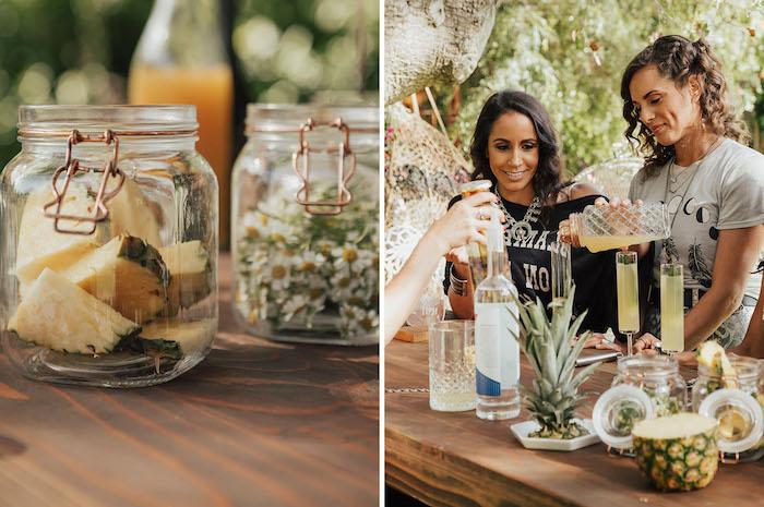 Gartenparty mit Freundinnen für die Braut organisieren, Ananasstücke und Kamille in Einmachgläsern