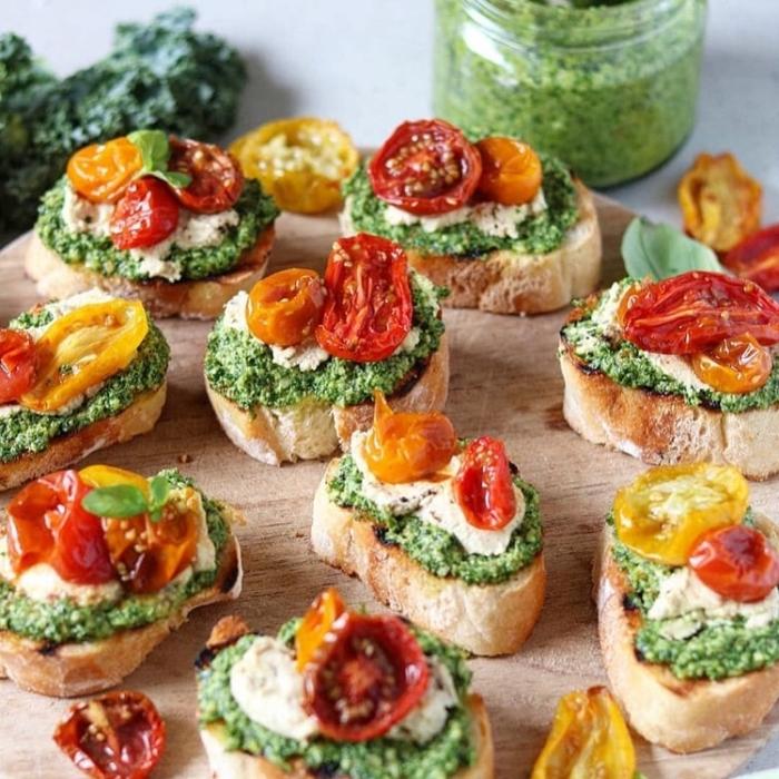 bruschettas mit pasta aus spinat, veganer käse und cherry tomaten, party häppchen ideen
