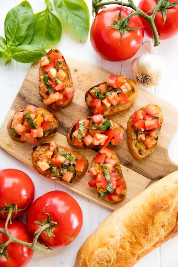 schnelle vorspeise, party häppchen, bruschettas mit tomatensalza und basilikum, kleine brotscheiben