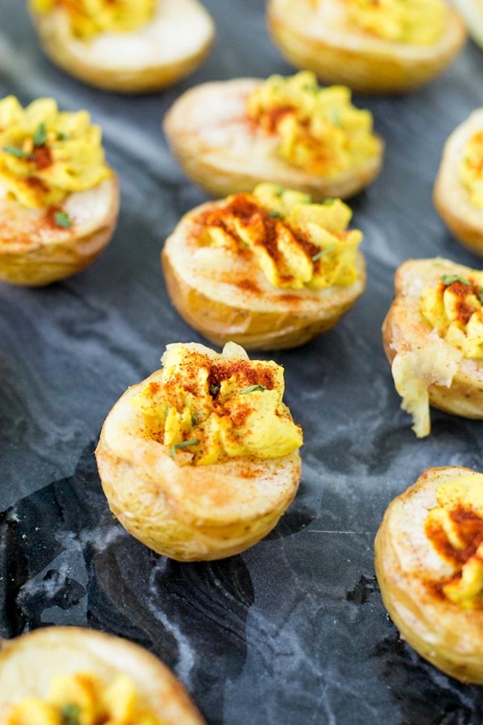 party snacks ideen, party häppchen, deviled kartoffeln rezept, veganes fingerfood
